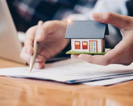 Hợp đồng mua bán nhà đất viết tay cần rõ ràng và hợp pháp.